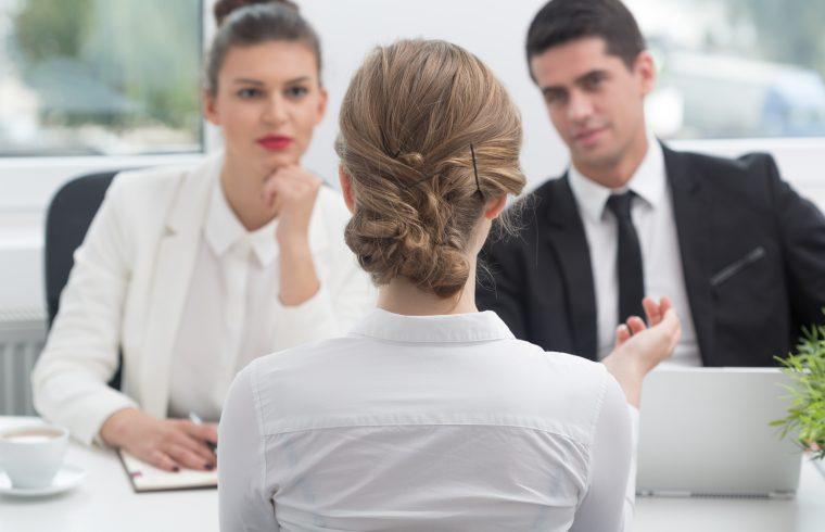 Työnhakija työpaikkahaastattelussa